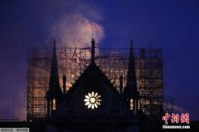 俯瞰巴黎圣母院火灾现场 屋顶燃烧成火海